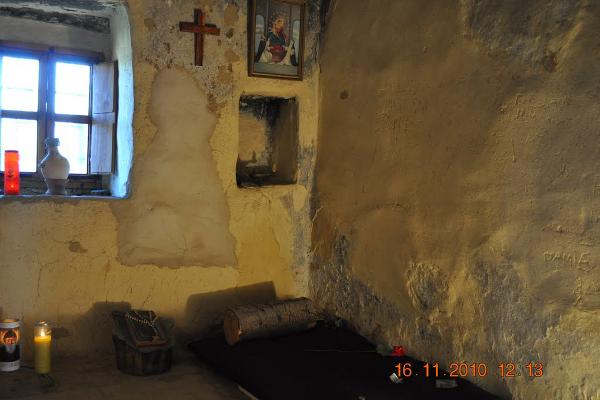 Cela św. Charbela w eremie św. Piotra i Pawła